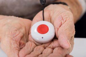 Los mejores sistemas de alarma para personas mayores con botón SOS