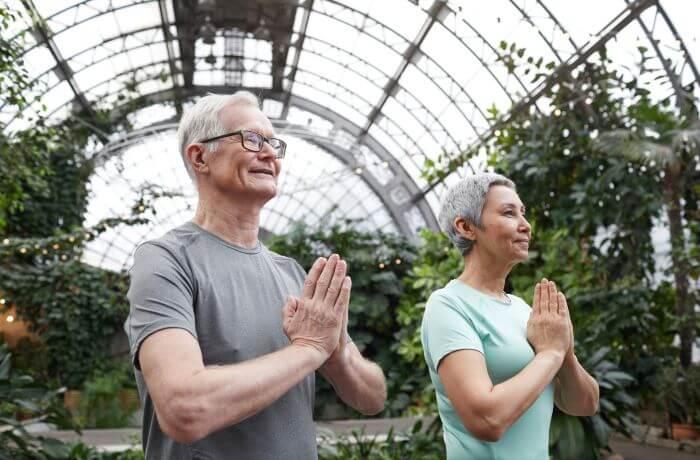 pareja practicando yoga